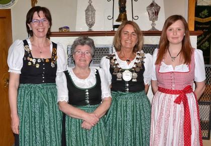 Die Titelträgerinnen beim Wettbewerb der Schützenliesl mit Damenleiterin Walburga Gruber (links)