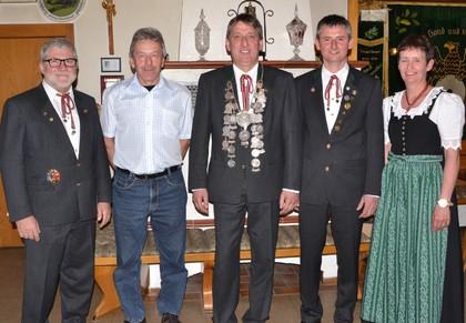 Die Titelträger beim Wettbewerb des Schützenkönigs mit den beiden Schützenmeister Stebe (links) und Reil (rechts)